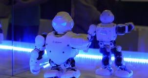 Danse de robot Technologie moderne robotique Le robot regarde dans la caméra l'homme Le robot montre des émotions