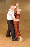 Danse de salle de bal mûre de couples Photographie stock