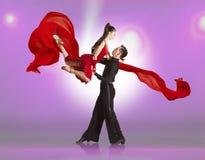 Danse de salon de couples sur l'illumination Images libres de droits