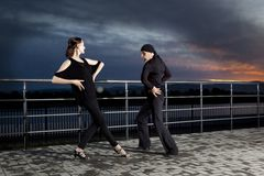 Danse de salon supérieure de couples sur le coucher du soleil foncé Photo libre de droits