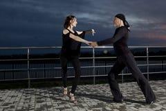 Danse de salon supérieure de couples sur le coucher du soleil foncé Images libres de droits