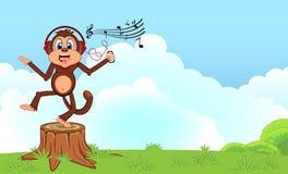Danse de singe tout en écoutant la musique avec une bande dessinée de casque dans un jardin votre conception Photographie stock libre de droits