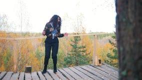 Danse de sourire de jeune femme sur la haute altitude banque de vidéos