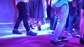 Danse des jeunes sur la piste de danse dans un club banque de vidéos