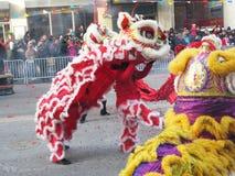 Danse des lions chinois rouges et jaunes Photos libres de droits