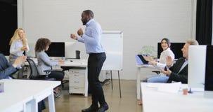 Danse drôle d'homme d'affaires d'afro-américain dans les gens d'affaires encourageants coworking modernes de groupe de l'espace s banque de vidéos