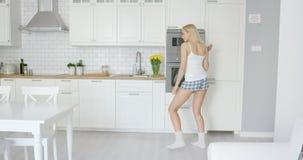 Danse drôle de fille dans la cuisine Photographie stock libre de droits