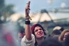 Danse encourageante de foule à un concert vivant Photographie stock libre de droits