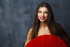 Danse espagnole traditionnelle de danseur de flamenco de femme dans une robe rouge Photographie stock libre de droits