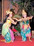 Danse et Ramayana de Legong par les troupes de Bina Remaja photographie stock