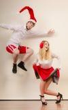 Danse et sauter actifs heureux de couples Images stock