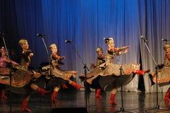 Danse ethnique avec le bonhomme de neige des Jeux Olympiques 2014 Photo stock