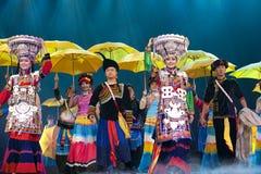 Danse ethnique chinoise de nationalité de Yi Photos stock
