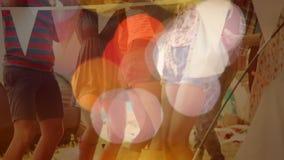 Danse ethnique multi de personnes en partie avec l'animation légère de bulle sur le premier plan banque de vidéos