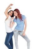 Danse femelle gaie de deux jeune amis Photographie stock libre de droits