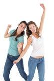 Danse femelle gaie de deux jeune amis Image libre de droits
