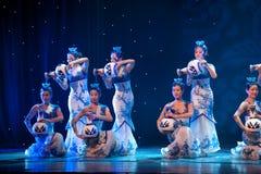 Danse folklorique : la porcelaine bleue et blanche Images libres de droits