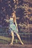 Danse gracieuse de ballerine en parc photographie stock libre de droits