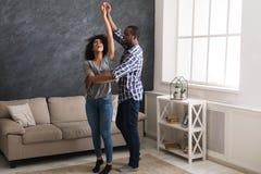 Danse heureuse de couples photo libre de droits