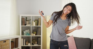 Danse heureuse de femme avec son lecteur mp3 Image stock