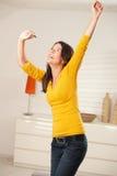 Danse heureuse de fille avec des écouteurs Photos libres de droits