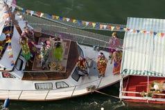Danse heureuse de filles sur le bateau de carnaval Photographie stock libre de droits