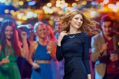 Danse heureuse de jeune femme à la disco de boîte de nuit Image libre de droits