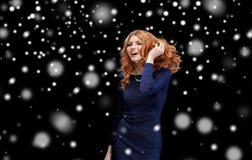 Danse heureuse de jeune femme à la disco de boîte de nuit Photo libre de droits