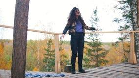 Danse heureuse de jeune femme sur la haute altitude et le sourire clips vidéos