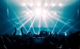 Danse heureuse de personnes dans le concert de partie de boîte de nuit Image libre de droits