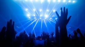 Danse heureuse de personnes dans le concert de partie de boîte de nuit Photographie stock