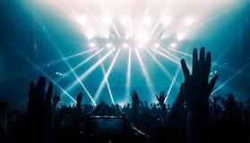 Danse heureuse de personnes dans le concert de partie de boîte de nuit Images libres de droits