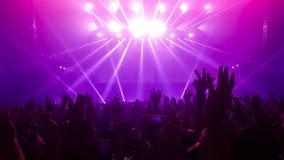Danse heureuse de personnes dans le concert de partie de boîte de nuit Image stock