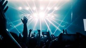 Danse heureuse de personnes dans le concert de partie de boîte de nuit Photos stock