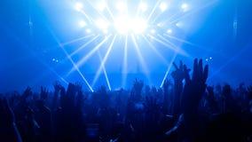 Danse heureuse de personnes dans le concert de partie de boîte de nuit Photos libres de droits