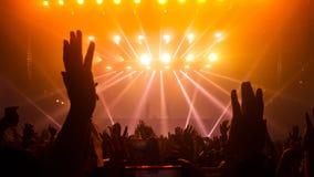 Danse heureuse de personnes dans le concert de partie de bo?te de nuit image stock