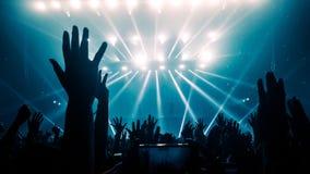 Danse heureuse de personnes dans le concert de partie de bo?te de nuit image libre de droits