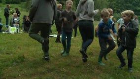 Danse heureuse de personnes en cercle Célébration traditionnelle de jour de vacances de milieu de l'été clips vidéos