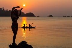 Danse insousiante de femme dans le coucher du soleil sur la plage concept vivant sain de vitalité de vacances photographie stock libre de droits