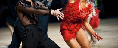 Danse internationale latino de danseuse de femme et d'homme images stock