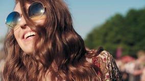 Danse joyeuse de femme au festival de musique banque de vidéos