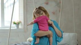 Danse joyeuse de mère avec sa fille de bébé banque de vidéos