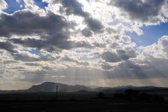 Danse légère de jour au-dessus de terrain de montagne Images stock