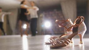 Danse latine de danse professionnelle brouillée d'homme et de femme dans des costumes dans le studio, chaussures de salle de bal  image stock