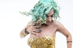 Danse latine sexy de femme, robe d'or et bijoux Esprit de jeune femme Photos stock