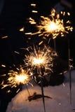 Danse lumineuse des lumières de Bengale dans des ombres de nuit sur le fond noir un éclair lumineux des cierges magiques photos stock