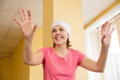 Danse mûre de femme dans le gymnase Photo stock