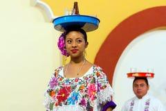 Danse mexicaine avec le plateau de bière Image libre de droits