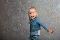 Danse mignonne de petite fille, sautant, souriant et posant à l'appareil-photo Photographie stock libre de droits