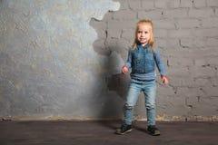 Danse mignonne de petite fille, sautant, souriant et posant à l'appareil-photo Image stock